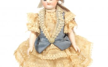 All-bisque bare foot dolls house doll